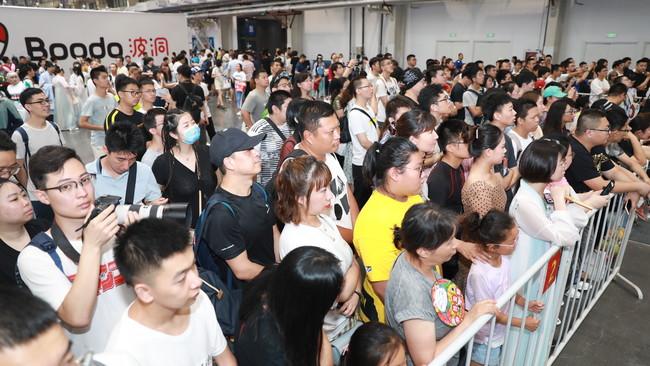 1-2.围观观众.JPG